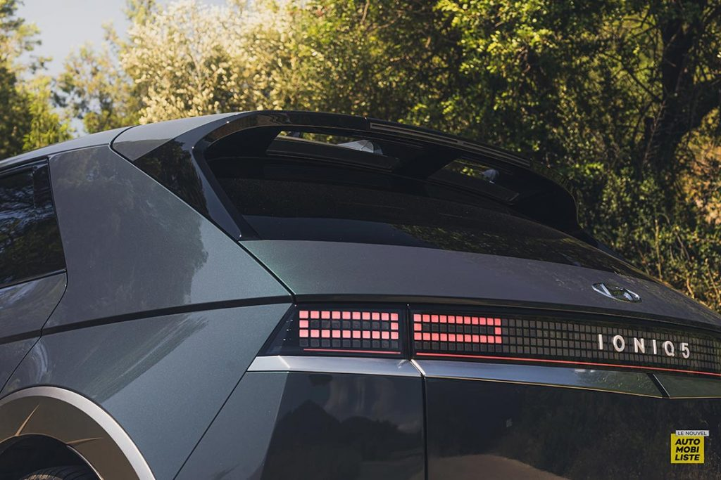 Essai Hyundai Ioniq 5 HTRAC Executive 73kW Digital Teal Green logo feux pixels